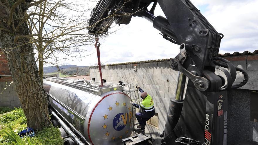 Así fue la retirada de un camión cisterna, atrapado en 'embudo' entre viviendas