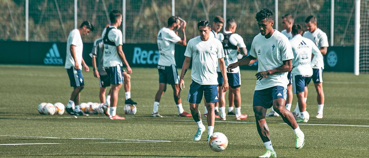 Renato Tapia se dispone a golpear un balón en presencia de Franco Cervi durante el entrenamiento matinal celebrado ayer en la ciudad deportiva del Celta.    // RC CELTA