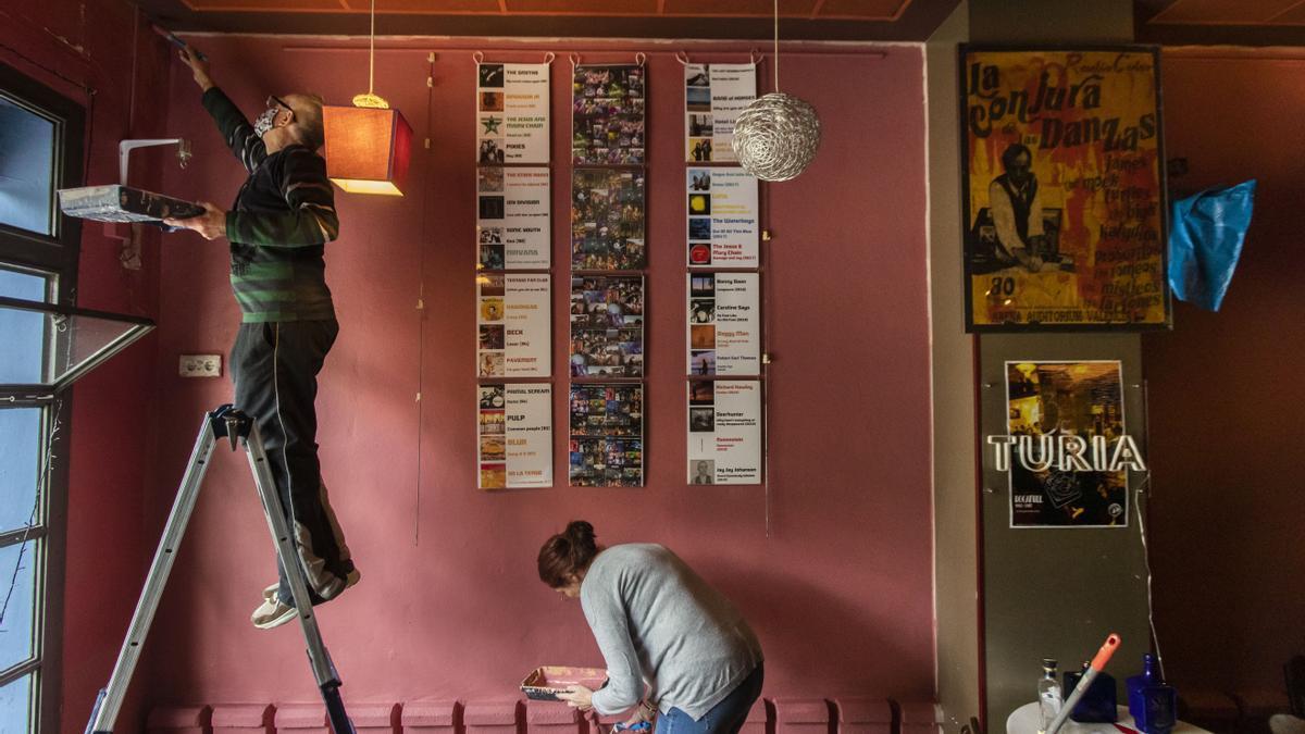 Els propietaris del bar Rocafull es preparen per a la reobertura.