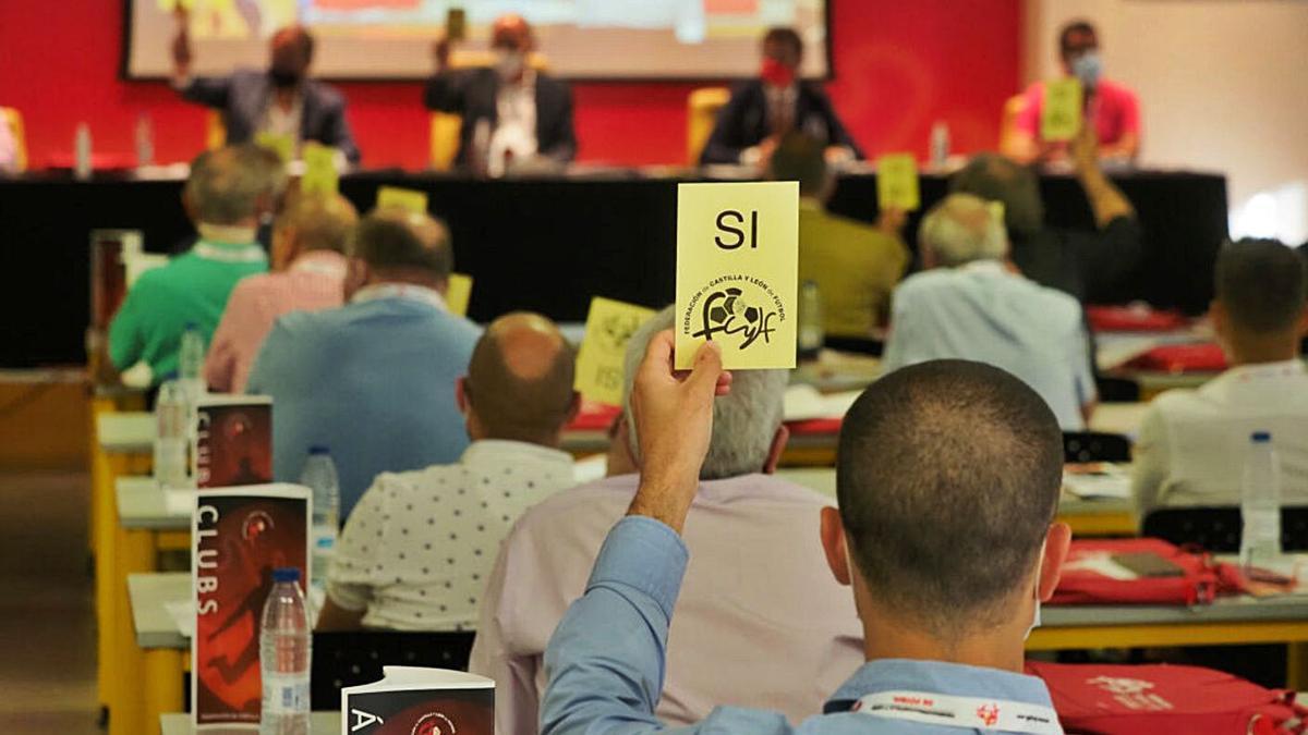 Imagen de la asamblea realizada ayer por la Federación de Castilla y León de Fútbol.