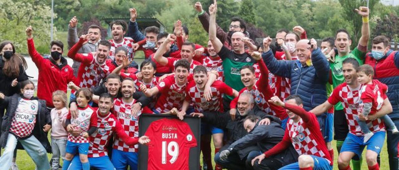 Los jugadores del Llanera celebran su ascenso a la Segunda RFEF. | Mara Villamuza