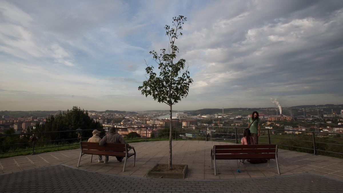 Panorámica de Avilés, desde la ermita de La Luz, con la ría y las principales industrias / Ricardo Solís