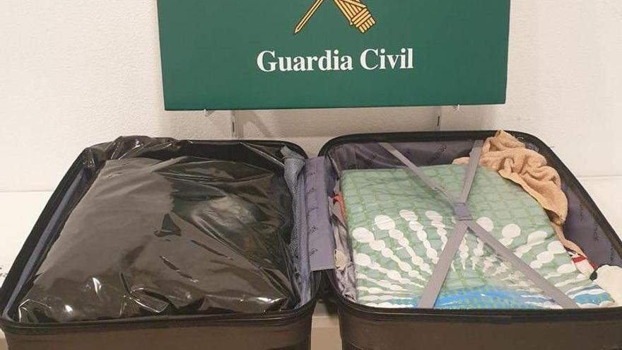 Localitzen 3,4 kg de marihuana amagada dins d'una maleta a la bodega d'un autobús a la Jonquera