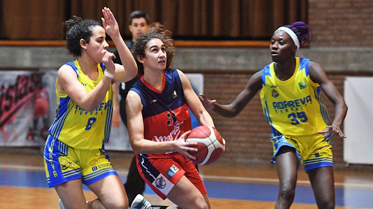 Laura Martínez, en uno de los partidos de esta temporada. |  // CARLOS PARDELLAS