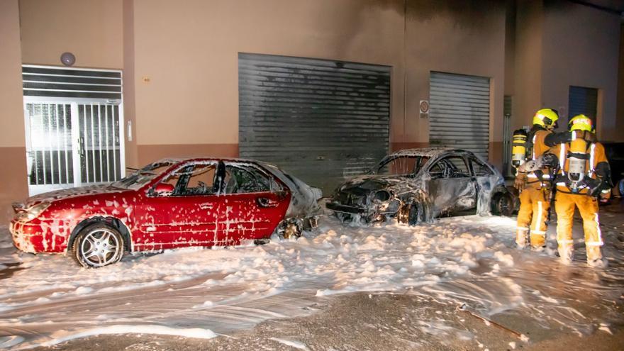 Arden dos vehículos en el centro urbano de Teulada