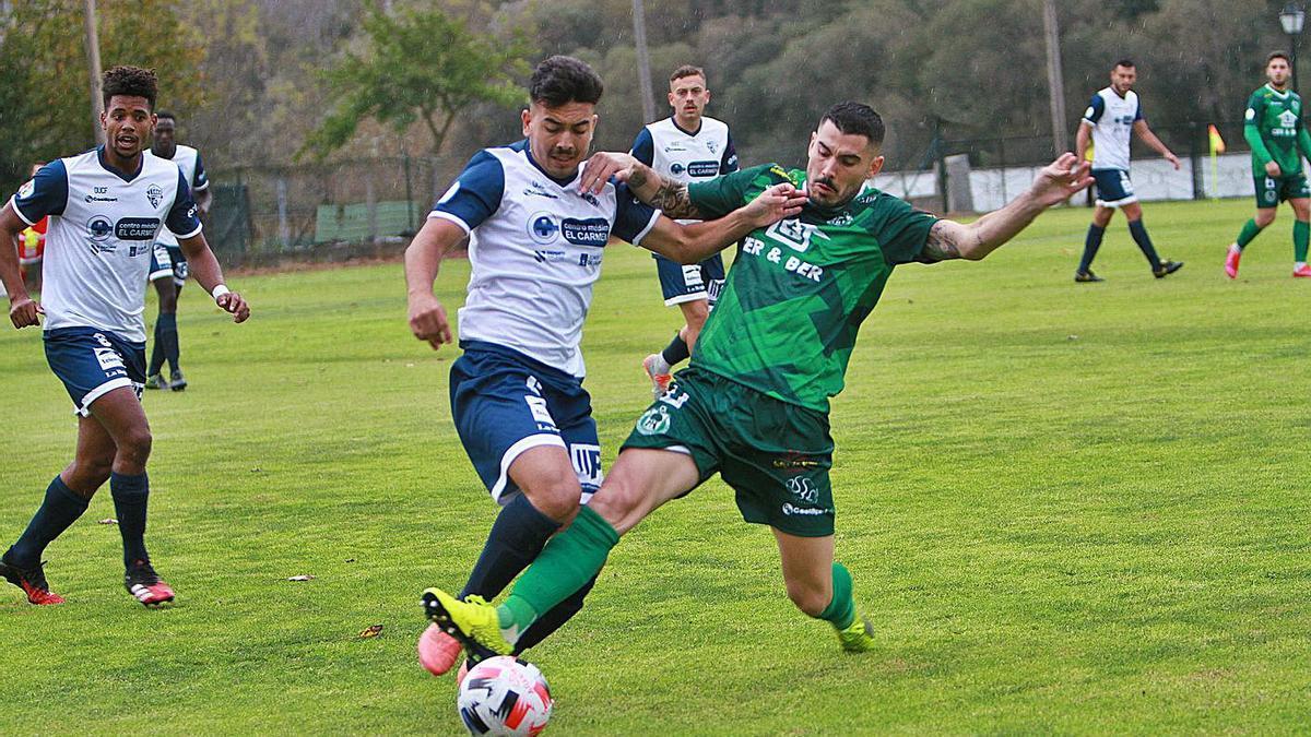 Alex Fernández disputa la pelota ante un rival, ayer en A Regueiriña de Barbantes.    // IÑAKI OSORIO