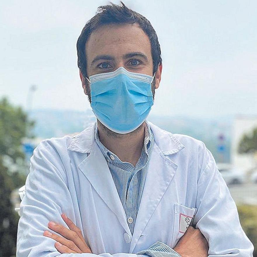 El doctor Pablo Longueira, adjunto del Servicio de Medicina interna del Chuac.