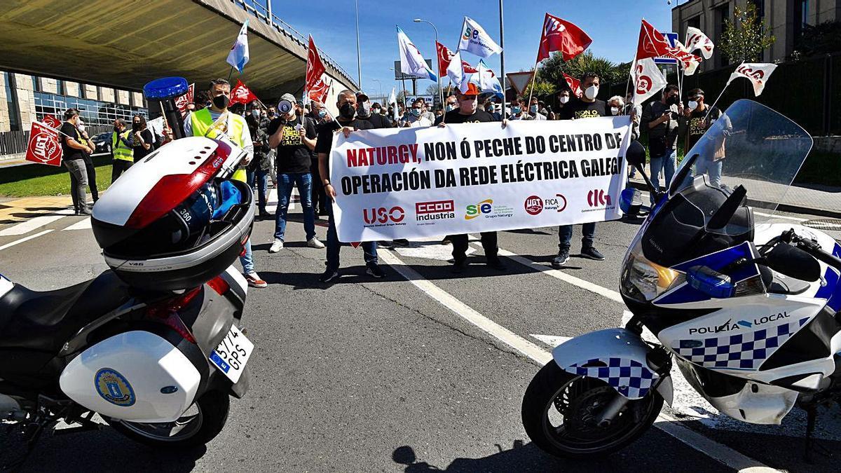 Empleados del centro operativo de Naturgy protestan y cortan el tráfico | CARLOS PARDELLAS