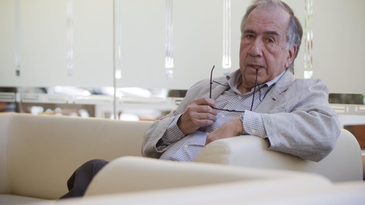 El poeta Joan Margarit en una entrevista con Levante-EMV.