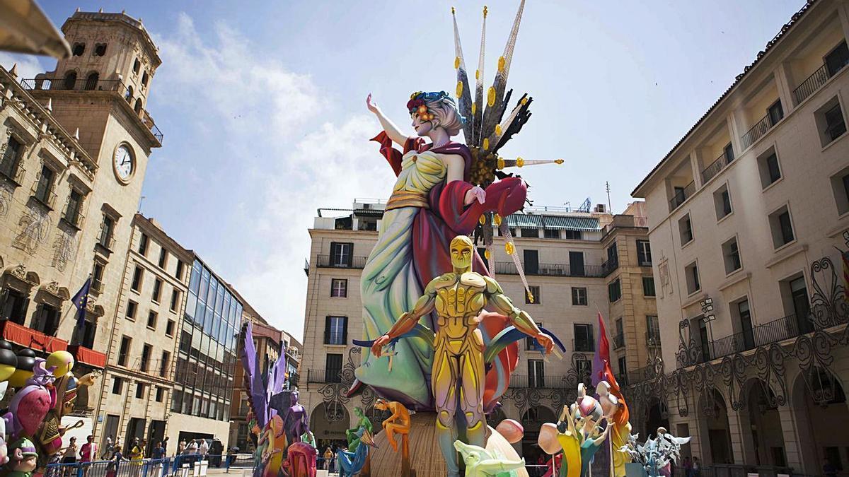 La Hoguera Oficial de Alicante, junto al Ayuntamiento, en 2019.
