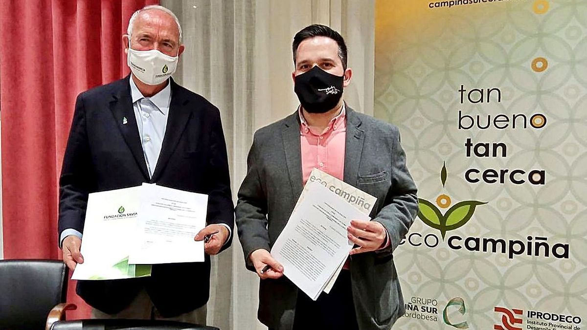 Francisco Casero y José Álvarez Rivas, tras la firma del convenio en el Ayuntamiento de Santaella.