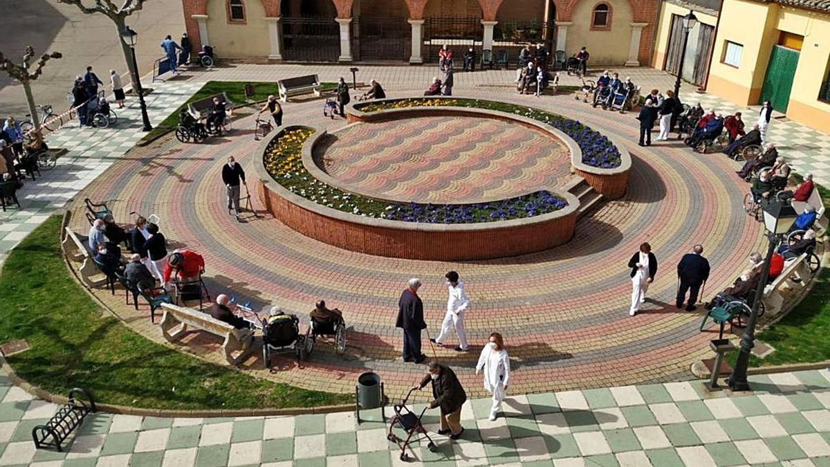 """Los mayores dela residencia """"La Inmaculada"""" de Villalpando salen a la plaza de San Nicolás."""