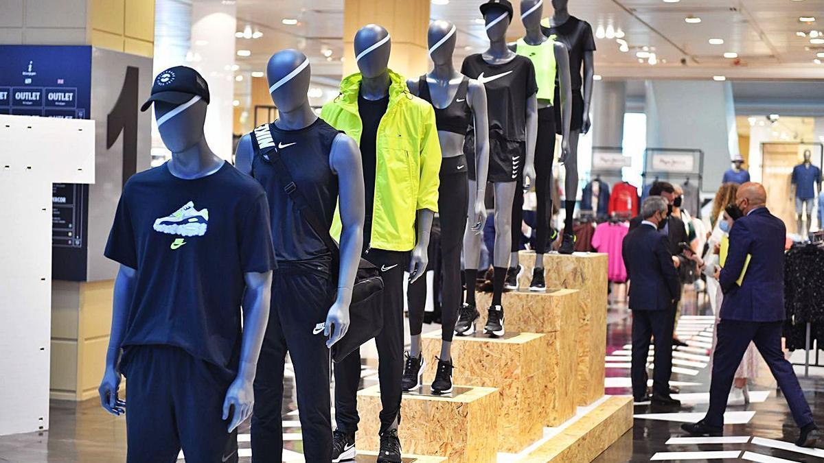 Maniquíes con ropa deportiva en el 'outlet' de El Corte Inglés en Marineda City.   | // VÍCTOR ECHAVE
