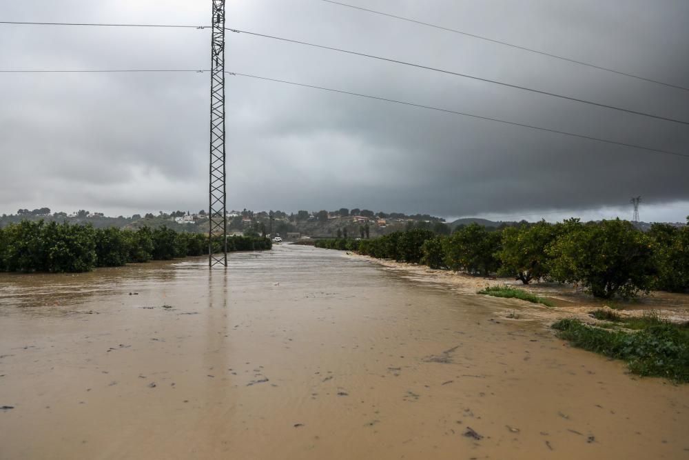 """Varios operarios trabajan en la Playa de la Malvarrosa, donde han comenzado las labores de limpieza de los destrozos causados el paso de la borrasca """"Gloria"""""""