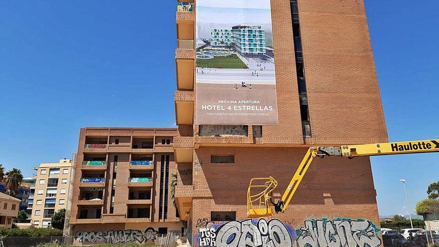 El juez paraliza la construcción del apartahotel subastado de la Pobla