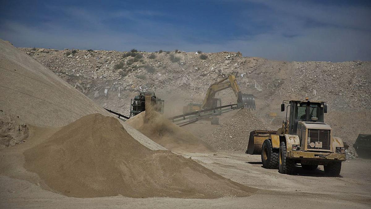 Actividad en la planta de residuos de Fontcalent en una imagen tomada hace un año. | RAFA ARJONES