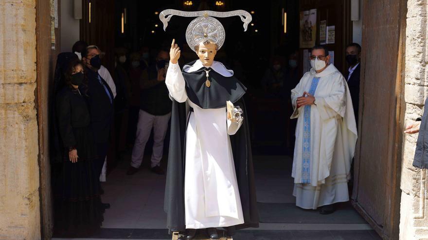 San Vicente Ferrer del Altar del Pilar sale a la puerta de la iglesia.
