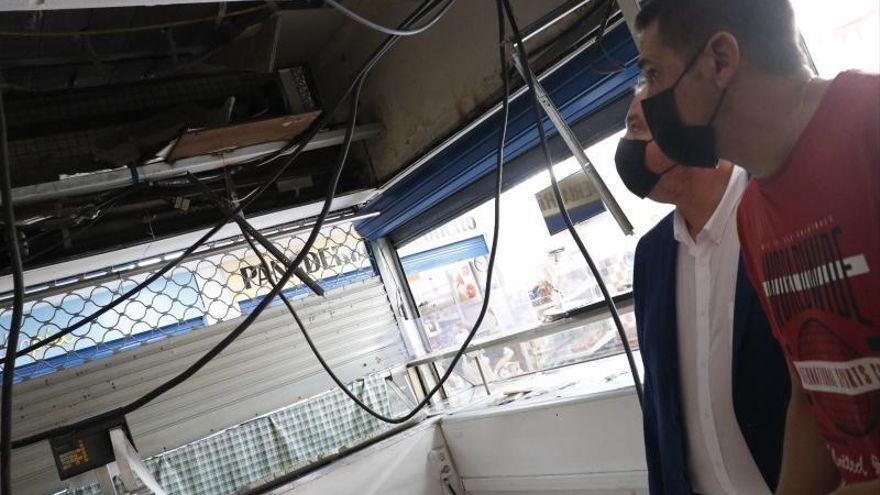 Reparando los falsos techos rotos en la plaza de abastos de La Alberca