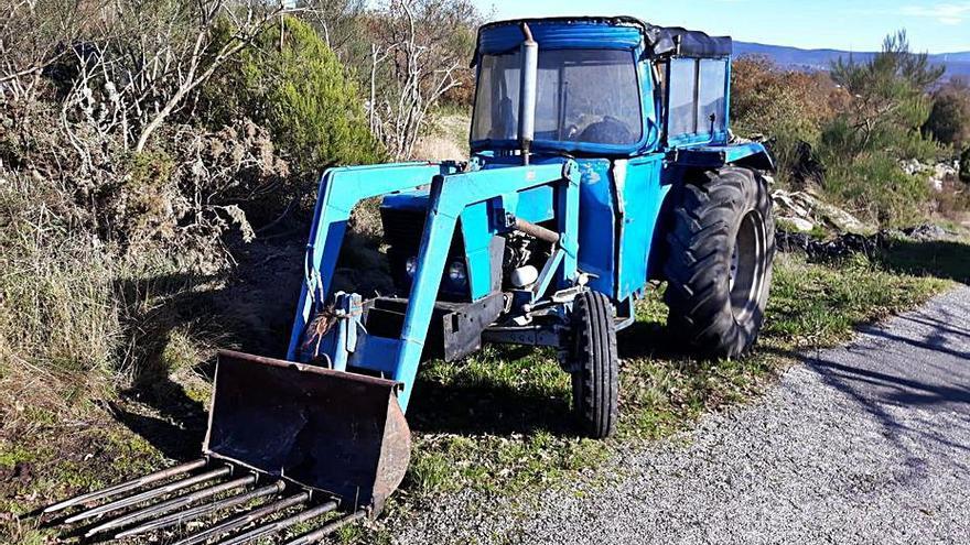 """Vuelca con su tractor y los vecinos le ayudan a salir: """"Si eso a la tarde voy al PAC"""""""