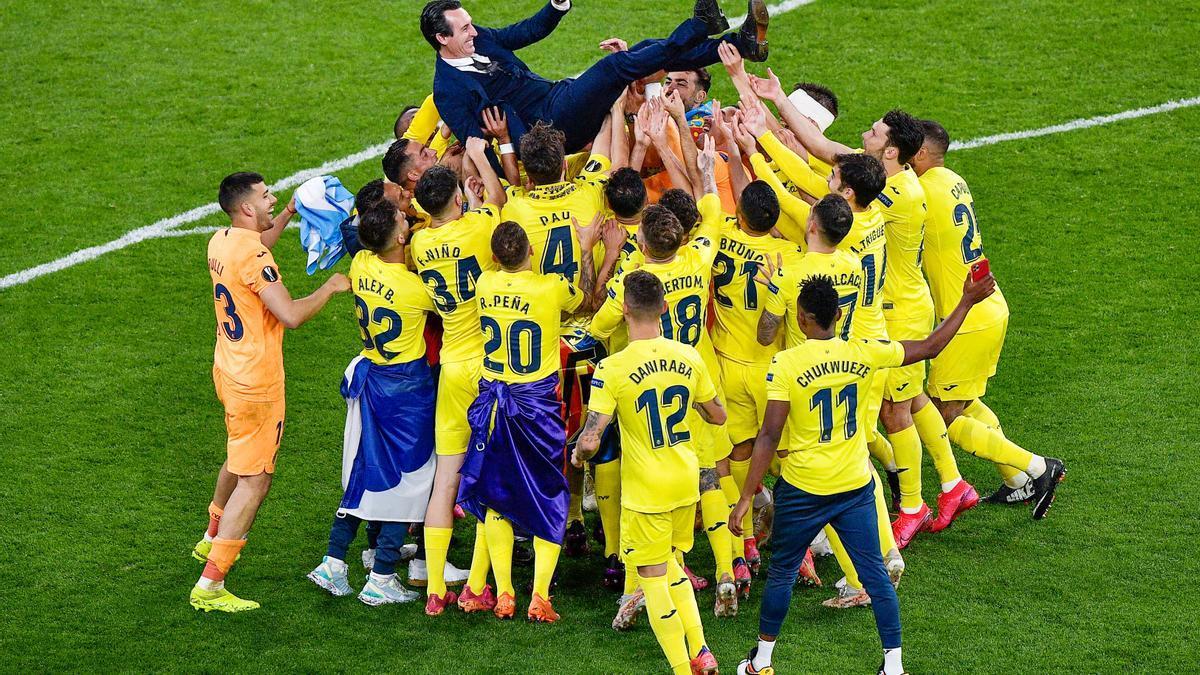 Unai Emery, alzado por los jugadores del Villarreal tras ganar la final en Gdansk.