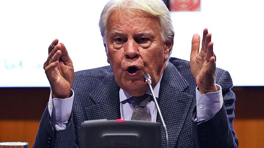 Felipe González: «Si Podem vol  trencar la Constitució s'autoexclourà de qualsevol acord»