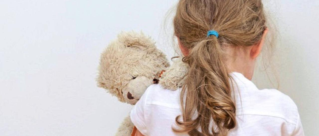 Una niña abraza un osito de peluche.   Thinkstock / PIM