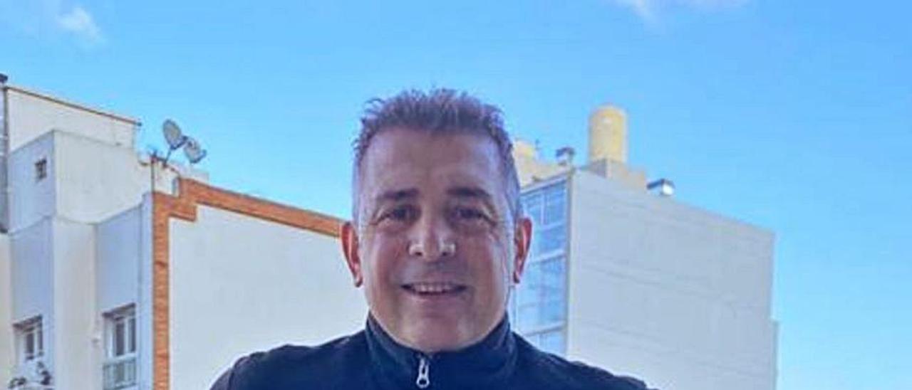 Darío Scotto, ayer, en su residencia de Buenos Aires. En el detalle, Scotto, en el Sporting.