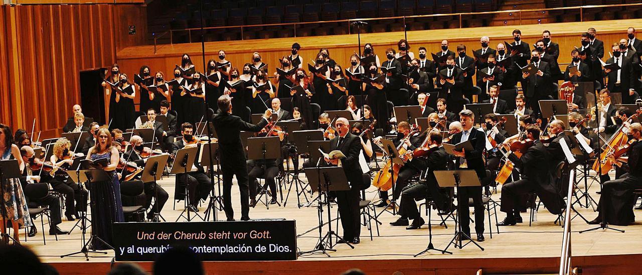 """Oviedo Filarmonía, el coro """"El León de Oro"""" y los solistas, durante el concierto de ayer.   Miki López"""