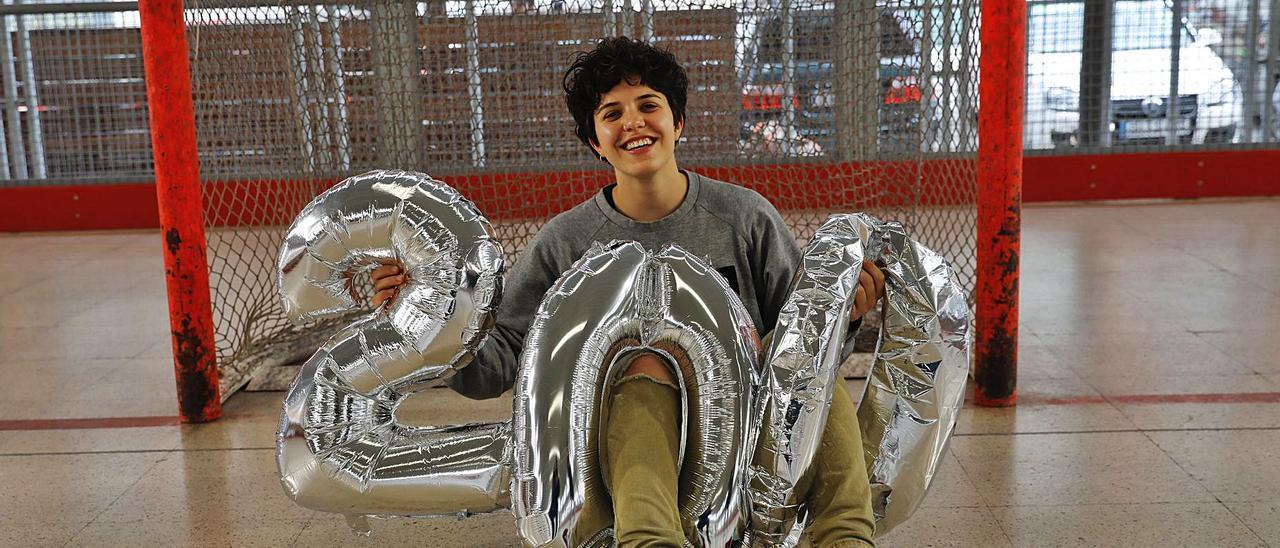 Elena Lolo, ayer, en la pista de La Algodonera con los números que acreditan sus partidos con el Telecable Hockey. | Marcos León