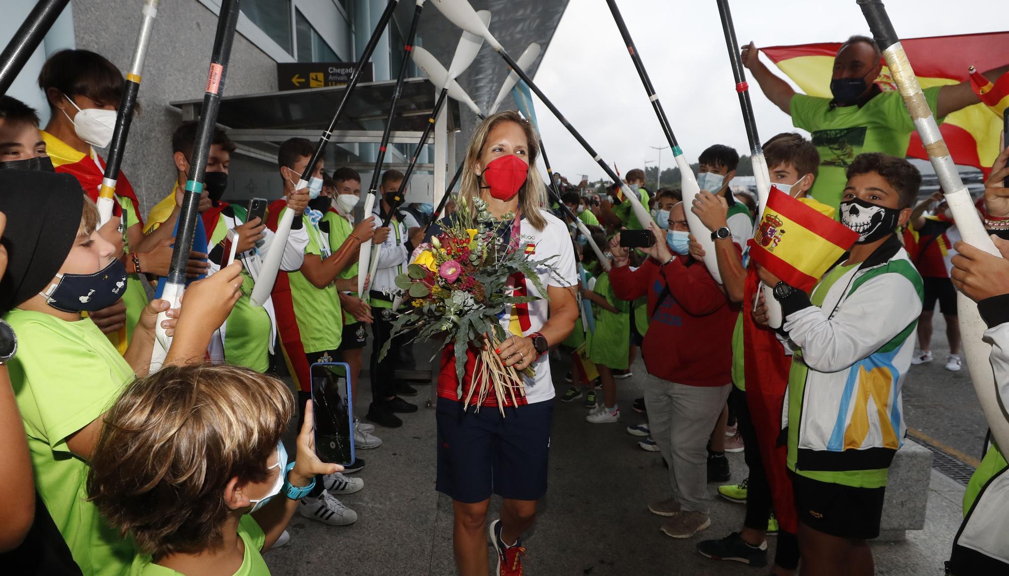 El cariñoso recibimiento a Teresa Portela de sus vecinos de Aldán, en imágenes