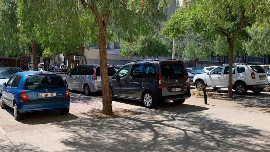 Roses prohibeix aparcar en una plaça perquè un empresari denuncia que és zona verda