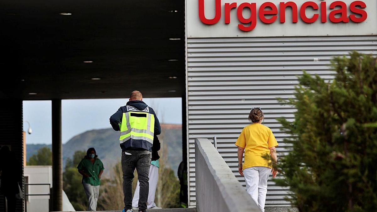 Un policía entra en las Urgencias del Hospital Príncipe de Asturias de Alcalá.     // EFE