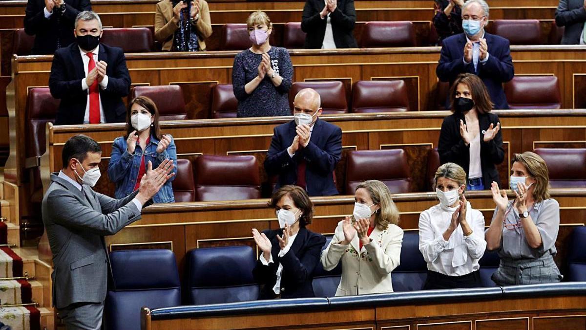 Pedro Sánchez, ahir, aplaudit per la bancada socialista al Congrés.