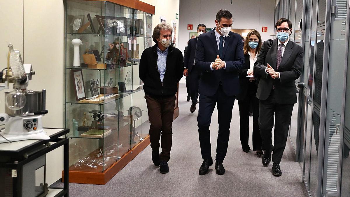 Fernando Simón, Pedro Sánchez y Salvador Illa, de izquierda a derecha, ayer, en la Agencia Española del Medicamento. |   // EFE