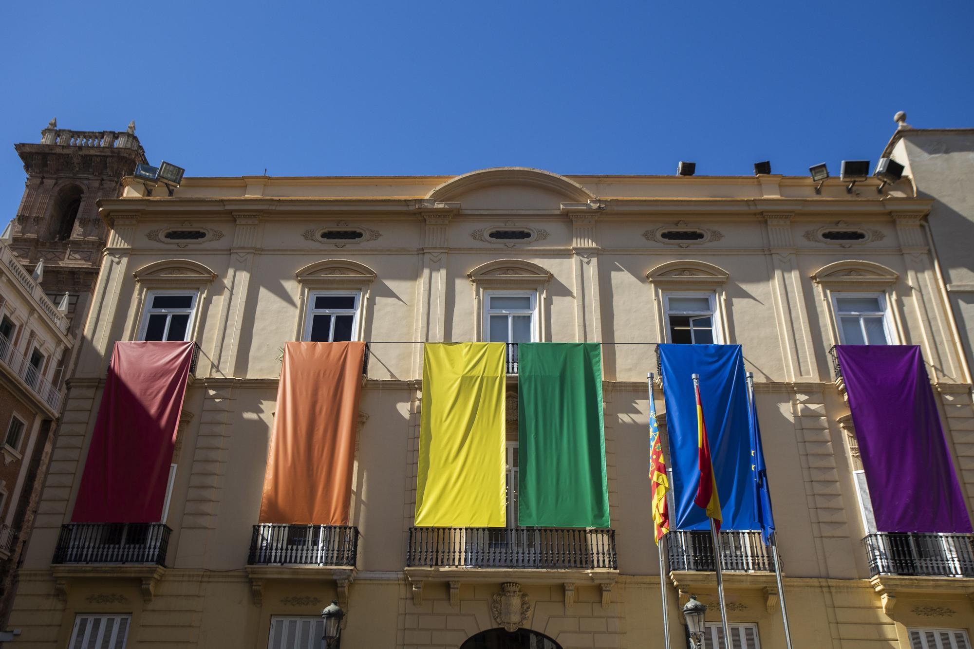 La bandera del Orgullo ondea en València