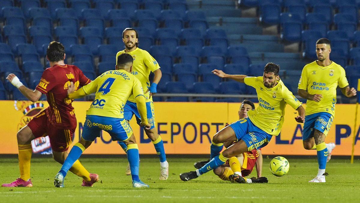 Benito Ramírez recibe una entrada por parte de un jugador del Zaragoza ante la presencia de los amarillos Álex Suárez, Kirian y Aridai. | | ANDRÉS CRUZ