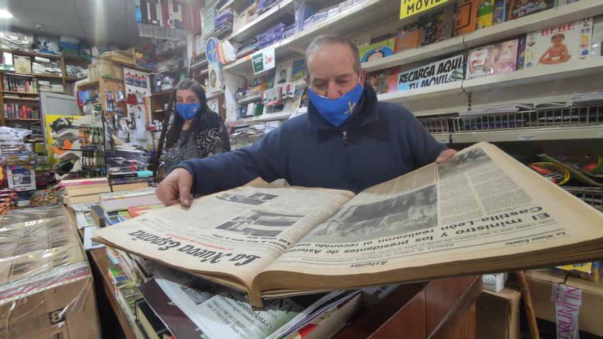 """Adiós a la librería más antigua de Asturias: """"Aquí hicimos nuestra segunda familia"""""""