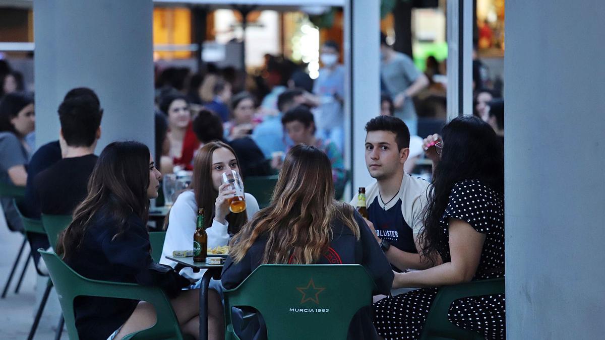 Jóvenes en una terraza de Murcia.