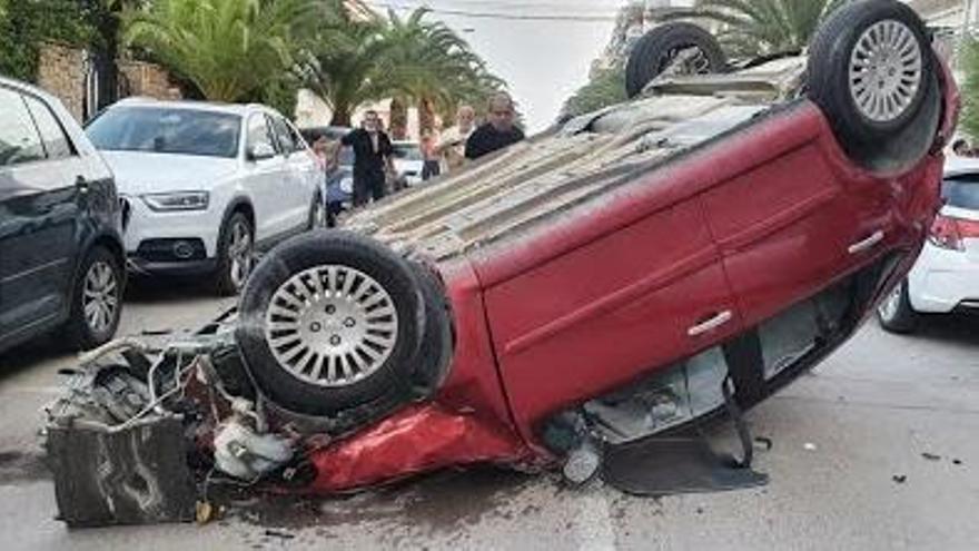 Un conductor borracho vuelca su coche y daña a otros vehículos en Moncofa