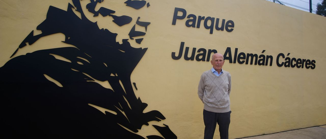 Juan Alemán Cáceres junto al mural que lleva su imagen y nombre