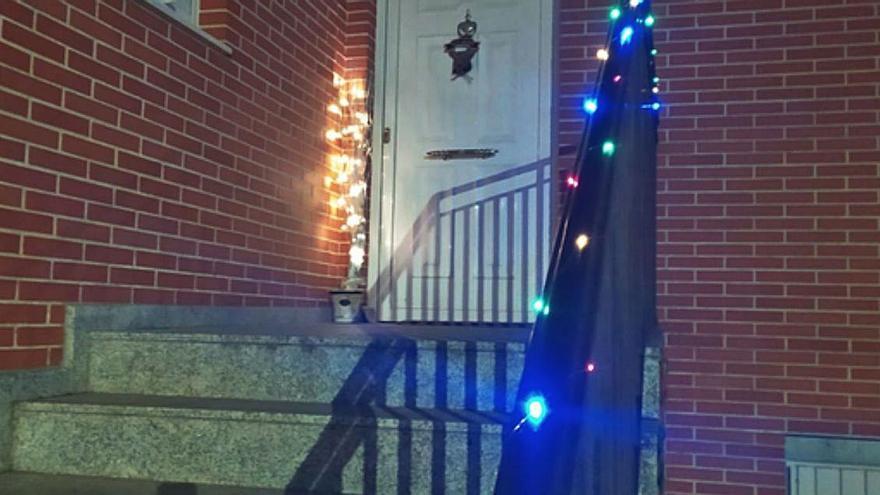 Llamativas luces de Navidad engalanan las casas en Manganeses de la Polvorosa