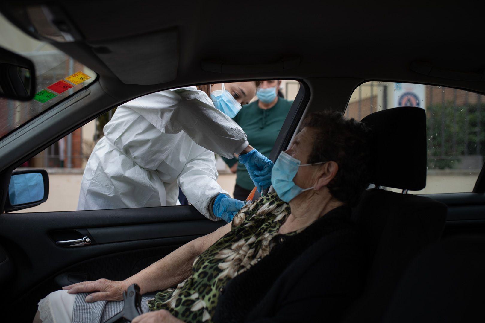 GALERÍA | Vacunación a grandes dependientes en Villaralbo