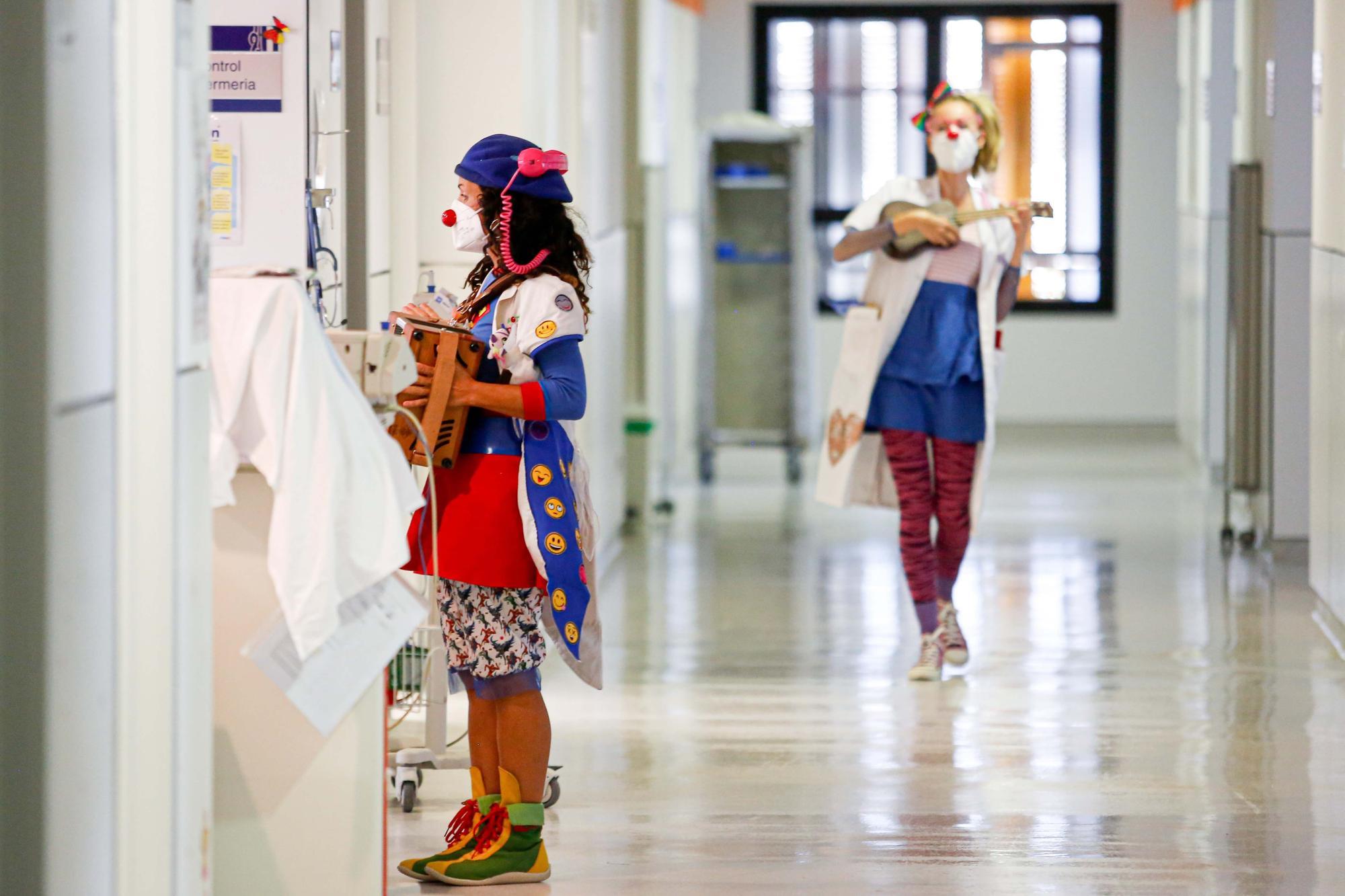 Rumbo al servicio de radiología en Ibiza con un par de payasas
