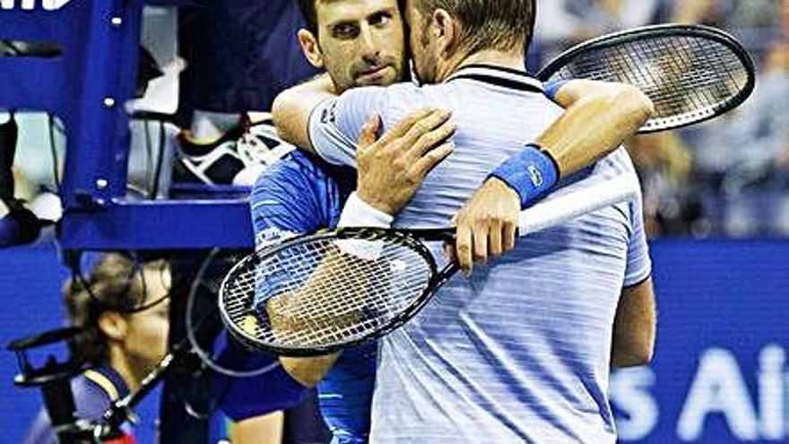Djokovic se retira en octavos por problemas en el hombro izquierdo