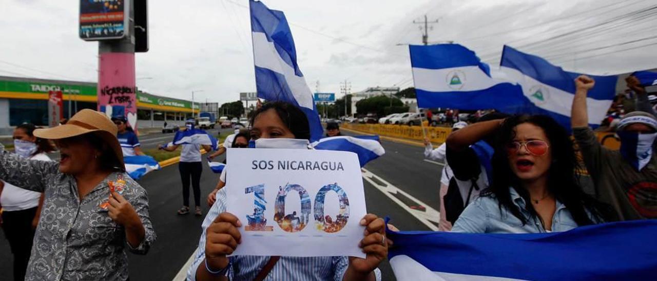 Detractores del régimen de Ortega, durante una manifestación en Managua por los cien días de protestas.