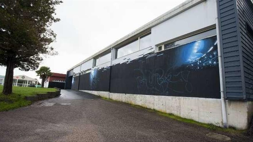 Comienzan los trabajos para decorar con un grafiti el pabellón Coto Ferreiro