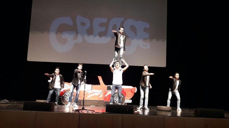 Los niños del Colegio Niño Jesús de Praga se suben al escenario por Níger