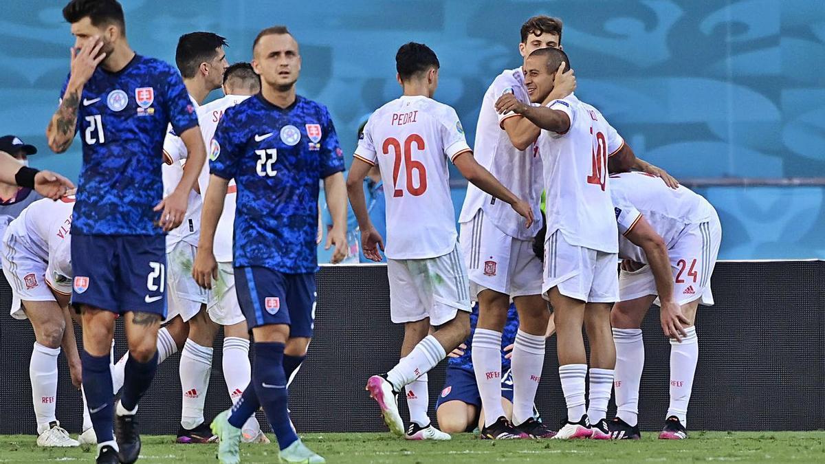 Lobotka, en primer término, tras uno de los goles de la selección española. |  // FDV