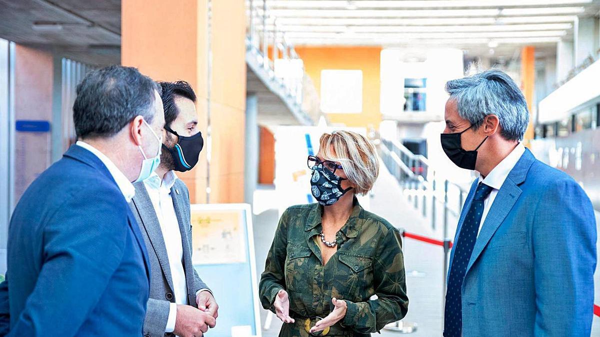 La consejera autonómica Elena Máñez, en un momento del encuentro celebrado en Fuerteventura. | | E.D.