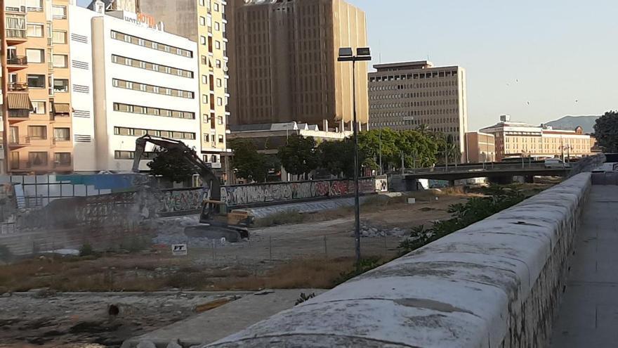 Completan el derribo de la estructura del puente peatonal del CAC